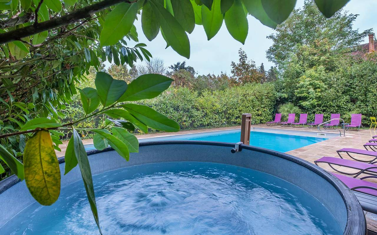 Jacuzzi under trees hotel chateau de la loire