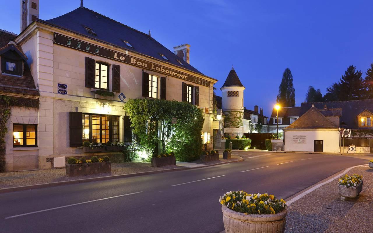 Façade de nuit sublime hôtel de luxe loire