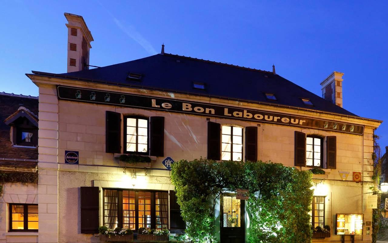 Façade soir sublime hôtel de luxe loire