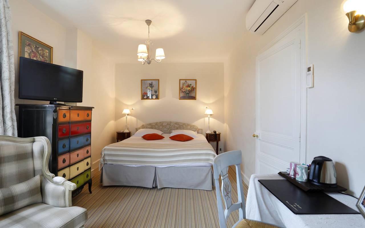 Grande chambre climatisée hôtel tours