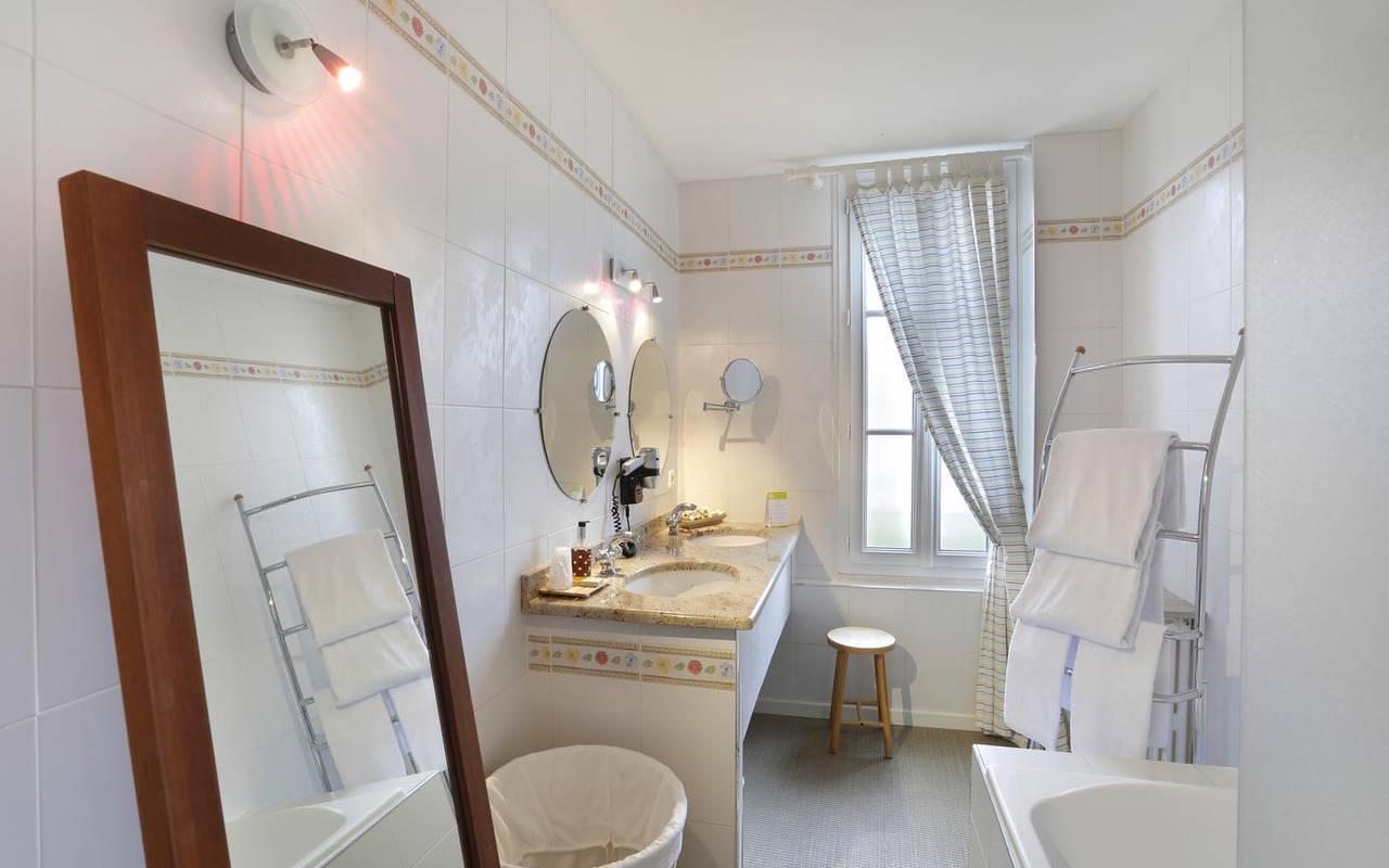 Grande salle de bain splendide hôtel tours