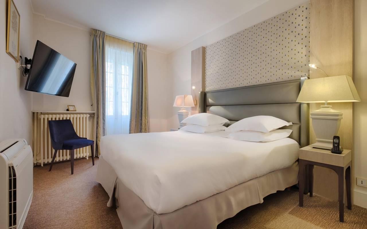 Grande chambre spacieuse hôtel loire