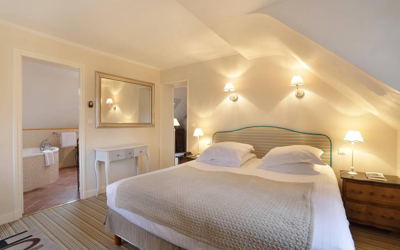 Grande chambre et salle de bain hôtel loire