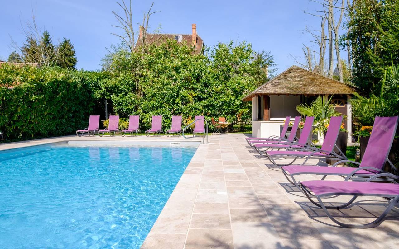 Nombreux transats piscine hôtel de charme château de la loire