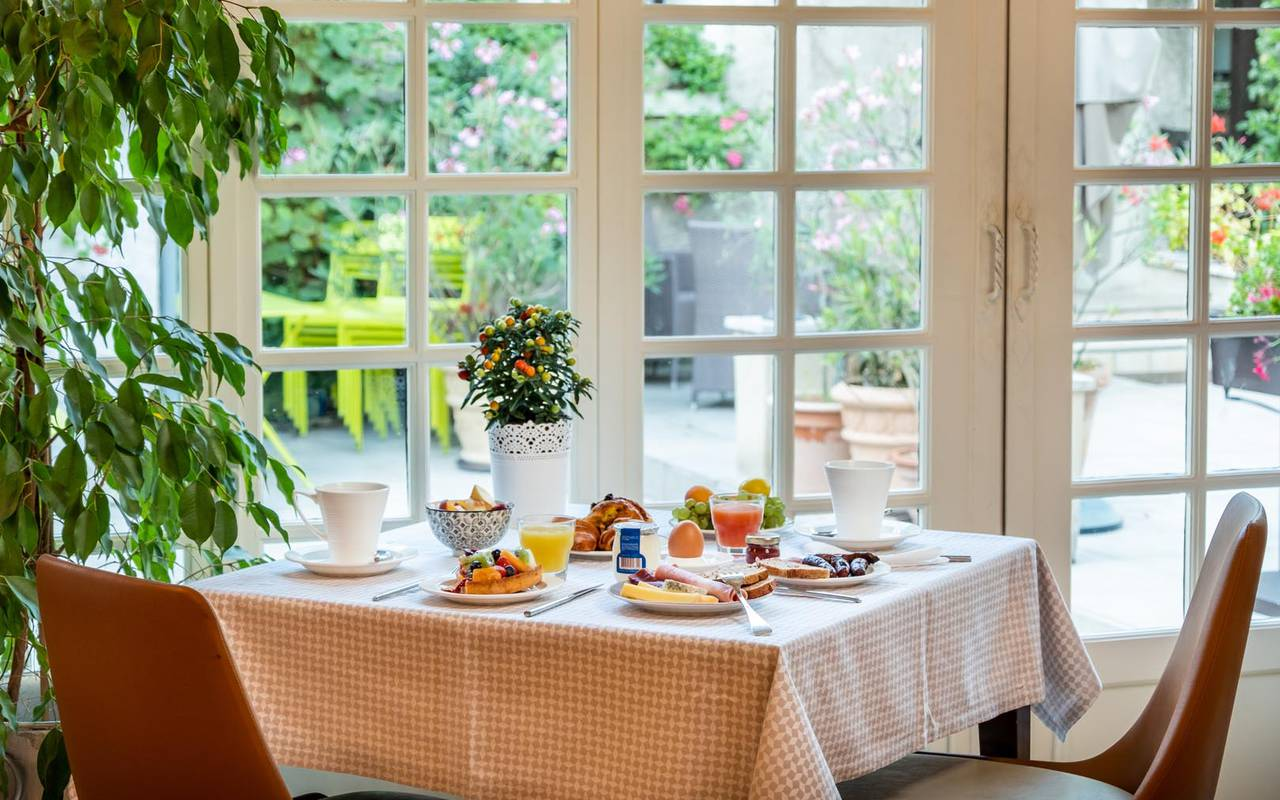 Table du restaurant loire et indre vue sur le jardin