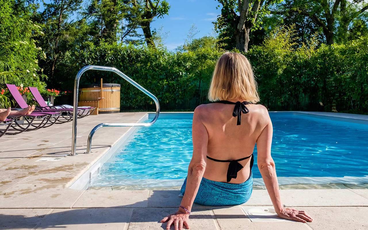 Baignade dans la piscine hôtel de luxe loire