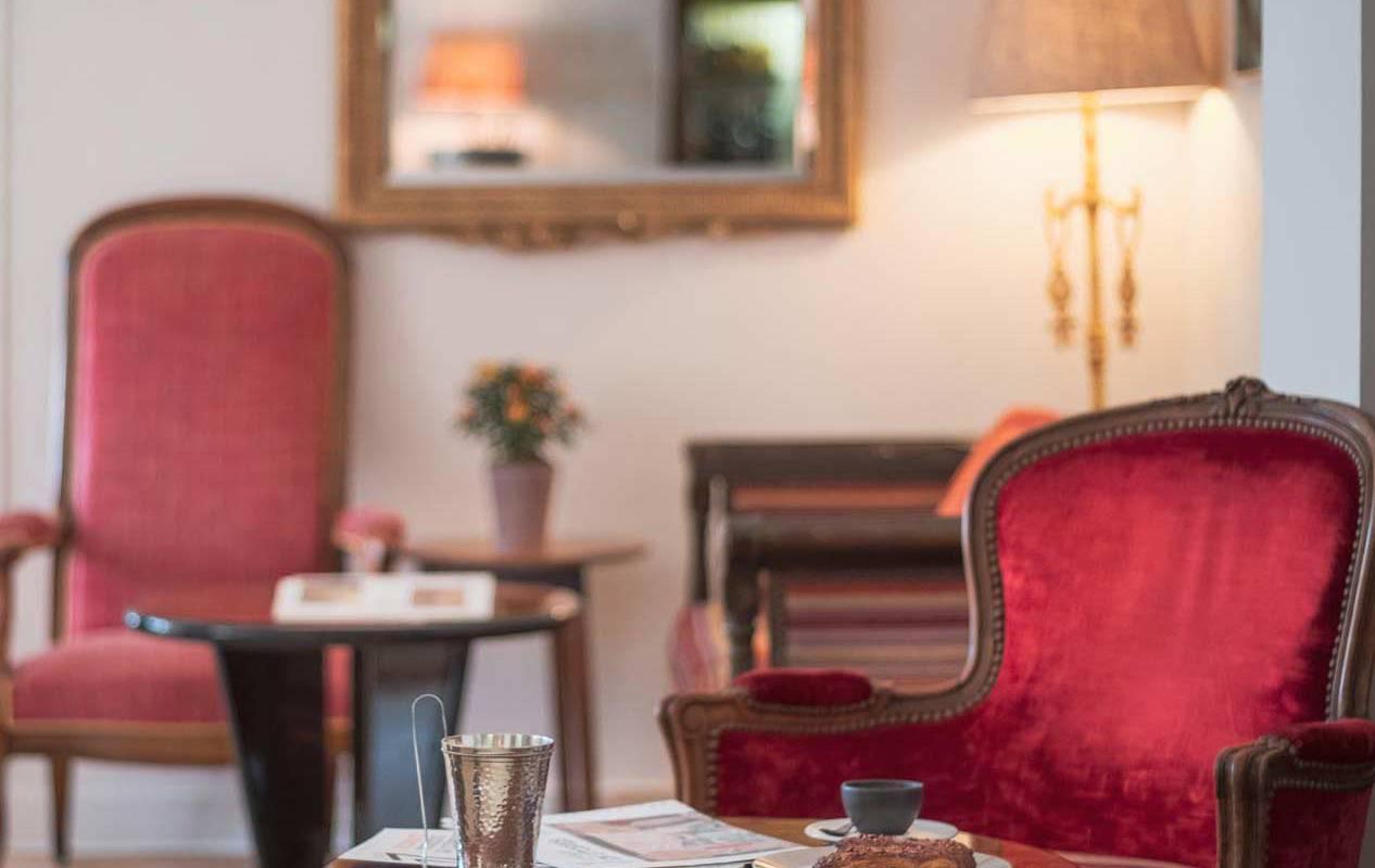 Fauteuil rouge salon hôtel chenonceaux